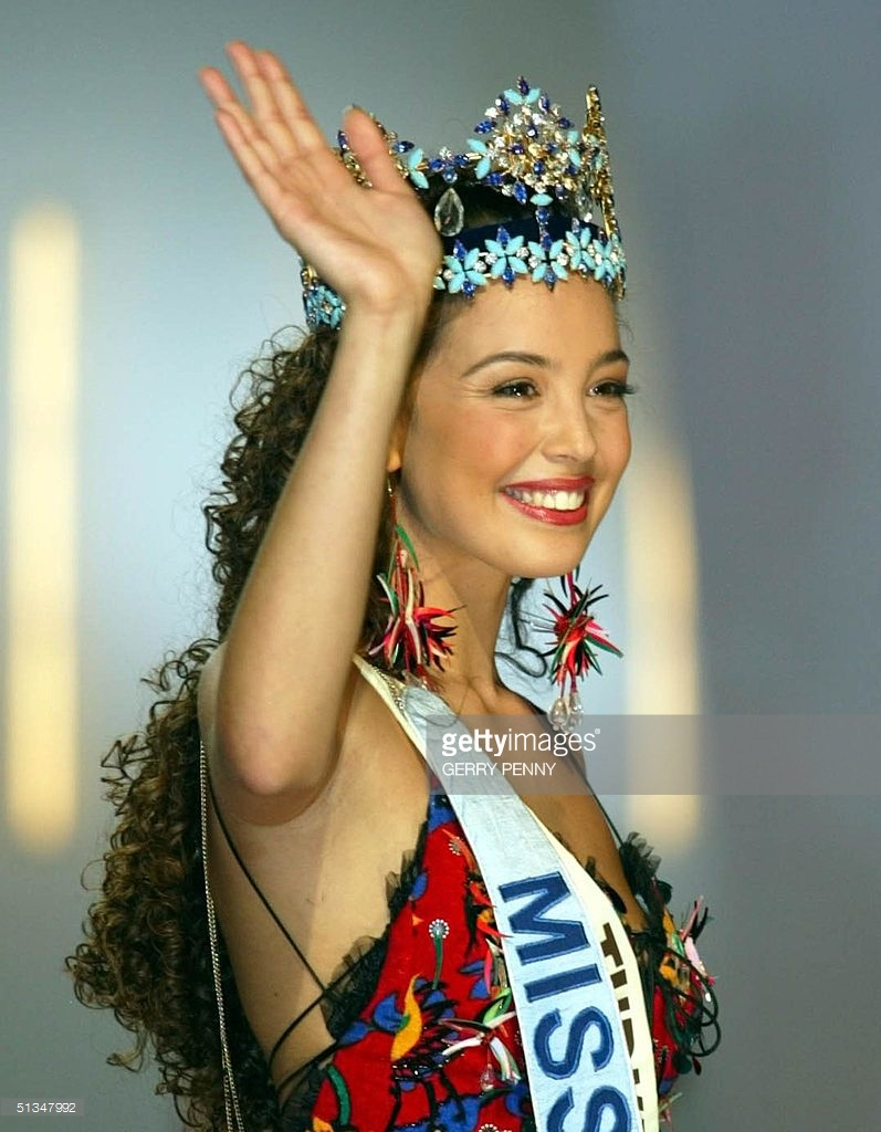 azra akin, miss world 2002. 61544942_miss-turkey-azra-akin-waves-to-well-wishers-after-being-crowned-2002-picture-id5