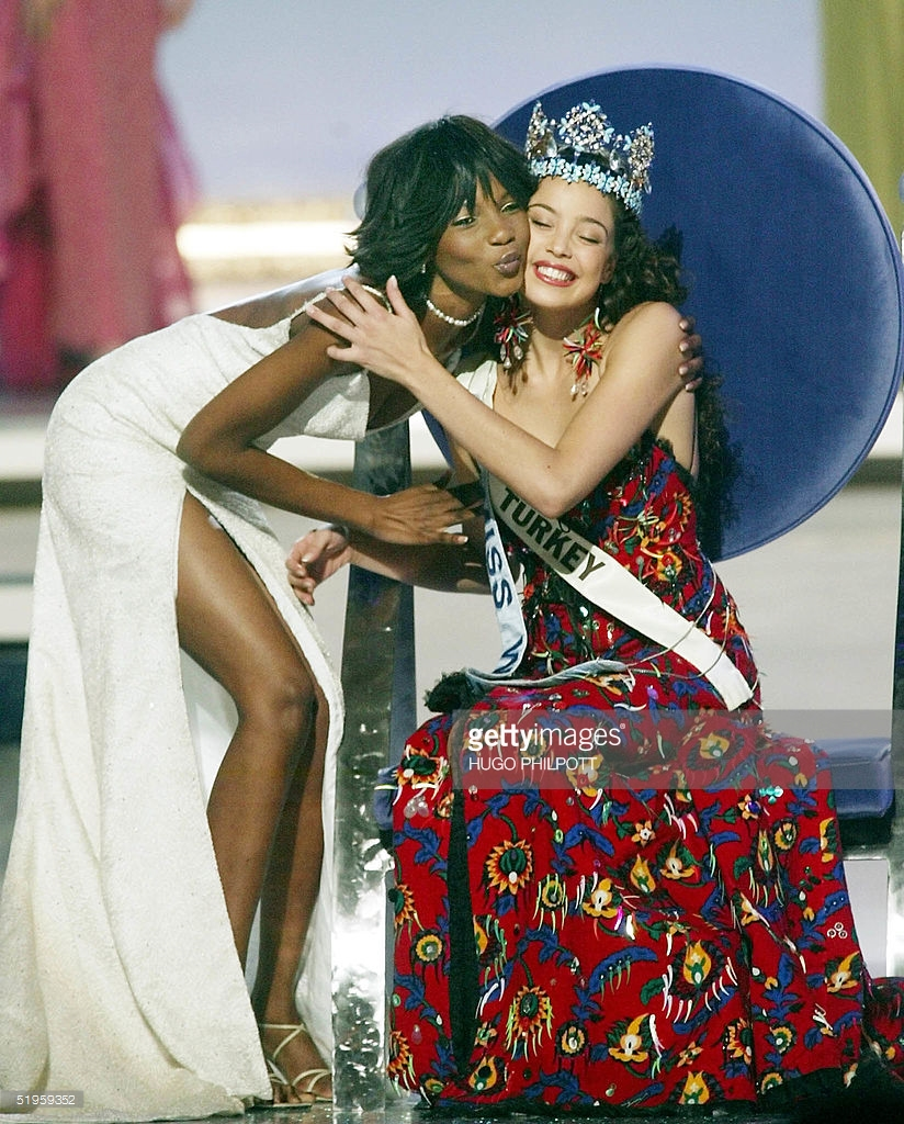 azra akin, miss world 2002. 61544982_miss-turkey-azra-akin-is-crowned-2002-miss-world-by-last-years-winner-picture-id