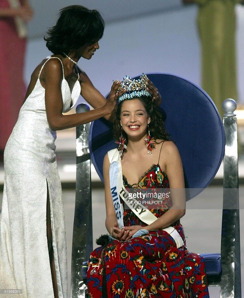 azra akin, miss world 2002. 61545023_miss-turkey-azra-akin-is-crowned-2002-miss-world-by-previous-miss-picture-id5195