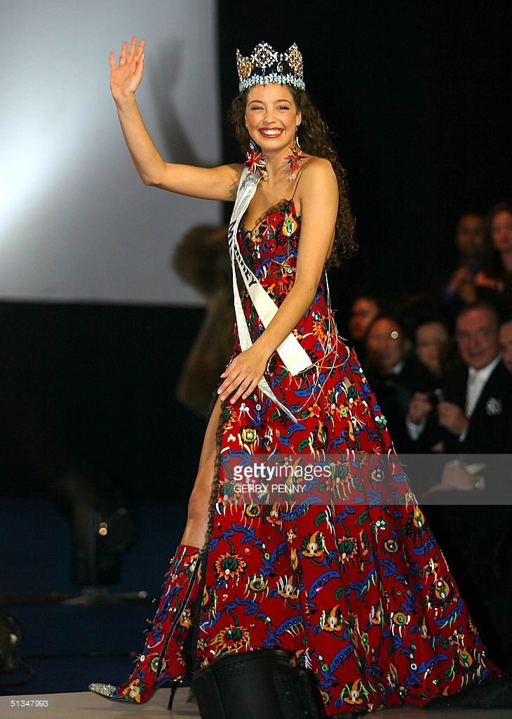 azra akin, miss world 2002. 61545134_miss-turkey-azra-akin-waves-after-being-crowned-2002-miss-world-07-picture-id513
