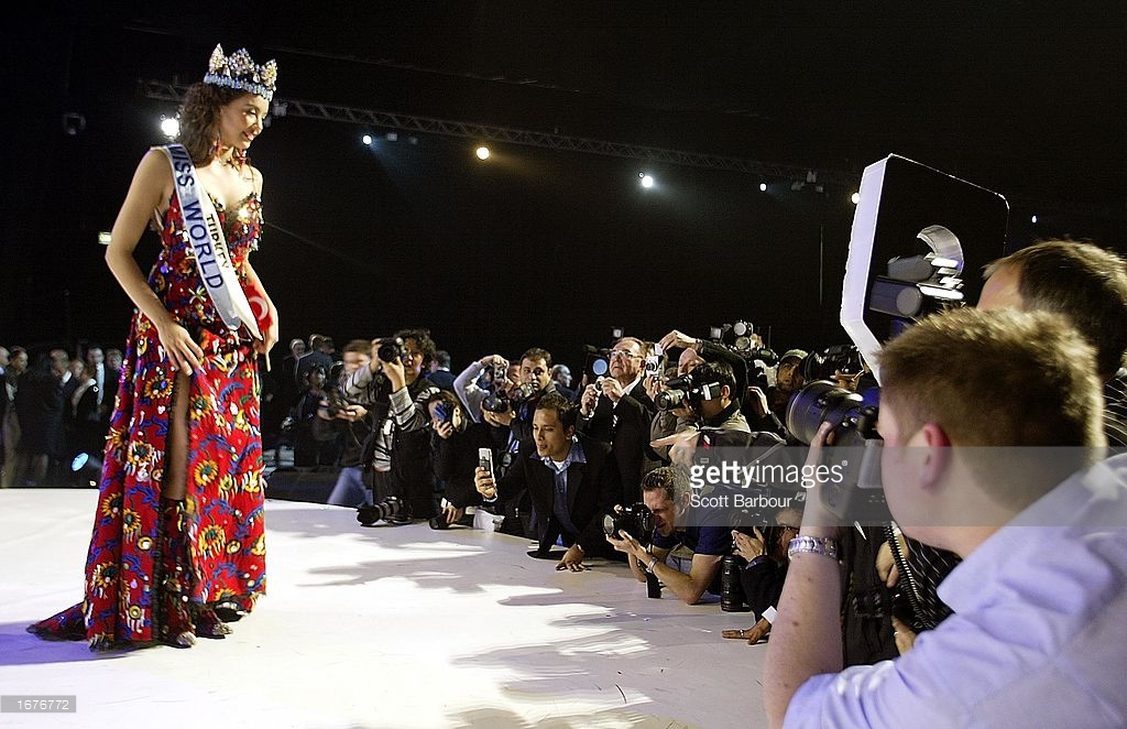 azra akin, miss world 2002. 61545167_newly-crowned-miss-world-miss-turkey-azra-akin-poses-for-after-miss-picture-id16