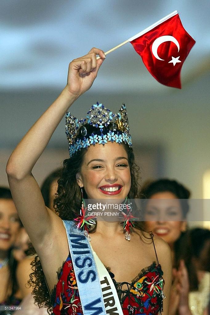 azra akin, miss world 2002. - Página 2 61546598_miss-turkey-azra-akin-flies-the-turkish-flag-after-being-crowned-2002-picture-id