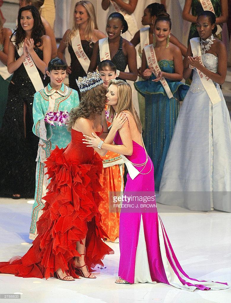 rosanna davison, miss world 2003. - Página 3 61553649_miss-world-2003-winner-rosanna-davison-of-ireland-is-congratulated-by-picture-id